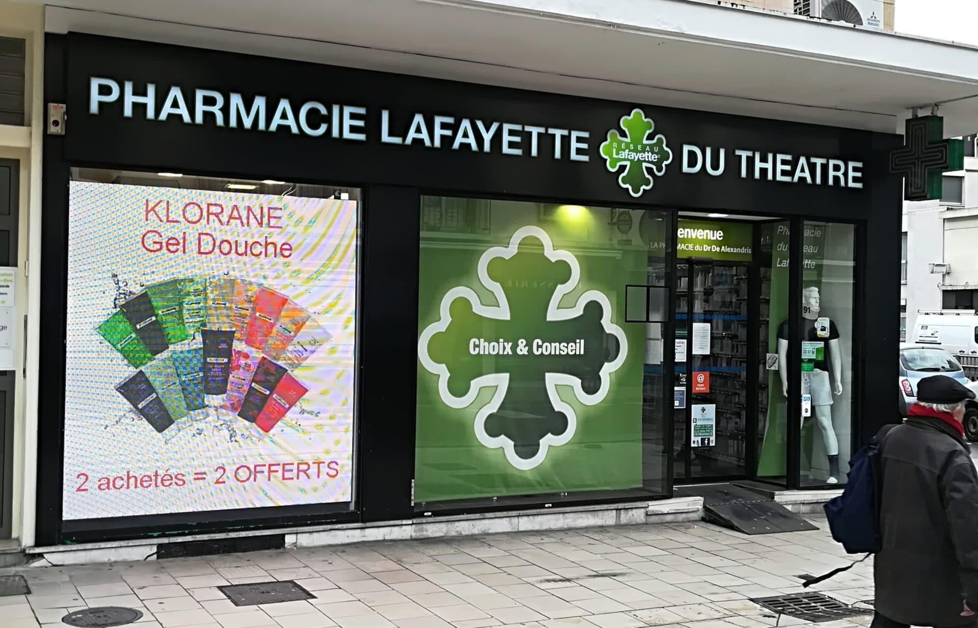 Installation écran de vitrine pharmacie du théâtre à Rouen par Ledoneo